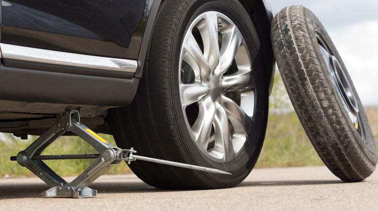 Ternyata Gampang! Ini 5 Langkah Ganti Ban Serep Mobil